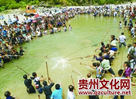 """万博官网manbetx非遗""""杀鱼节""""举行 上千人用鱼叉渔猎"""