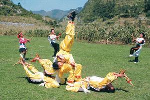 """纳雍县""""滚山珠艺术班""""教练祝英"""