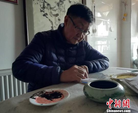 武汉一民间艺术家30余年手指画天下