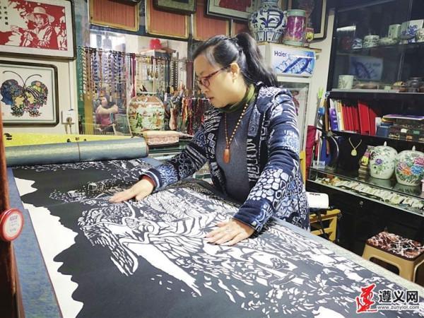 工艺美术师王春红用剪纸展示遵义脱贫攻坚成果
